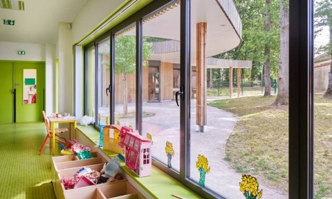 Trường học với thiết kế cong độc đáo được bao quanh bởi rừng