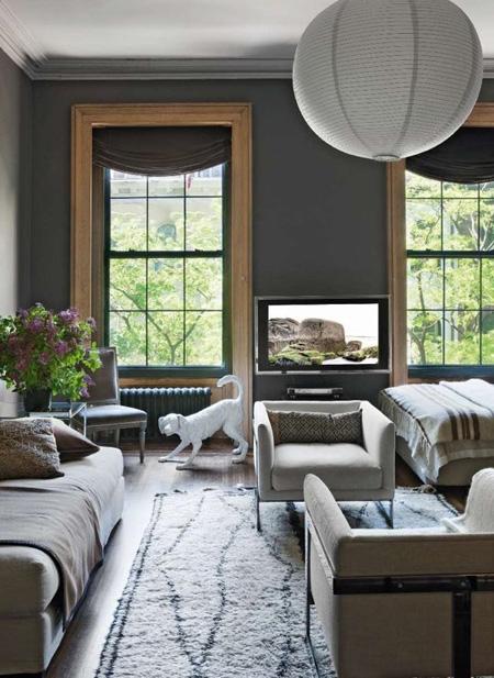 Hai khung cửa sổ lớn đem lại nhiều ánh sáng và tầm nhìn đẹp cho các thành viên trong nhà.