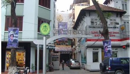 Nhà hát Tuổi Trẻ (Số 11 – Ngô Thì Nhậm) có lối vào và bãi đỗ xe rất nhỏ, chật hẹp