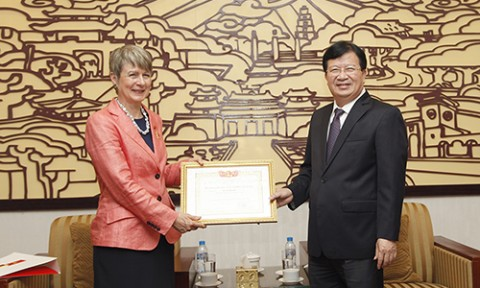 Bộ trưởng Trịnh Đình Dũng trao Kỷ niệm chương Vì sự nghiệp Xây dựng cho Đại sứ CHLB Đức