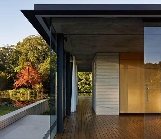 Tòa nhà có cấu trúc bằng kính bao quanh những các phòng tạo ra không mở nhưng vẫn đảm bảo sự riêng tư.