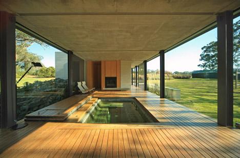 Các không gian nội thất bao gồm một spa chìm, phòng khách, phòng tắm, nhà bếp, phòng ngủ và không gian lưu trữ ở giữa.