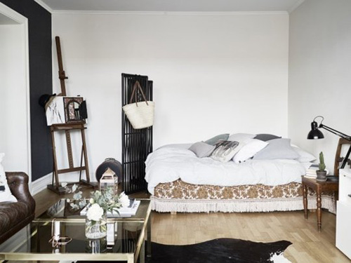 Nơi nghỉ ngơi được bố trí gọn gàng ở góc phòng. Chủ nhà cũng hạn chế tối đa đồ trang trí để nhà được ngăn nắp.