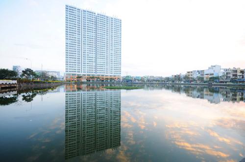 Khu căn hộ tọa lạc bên hồ Thạc Gián.