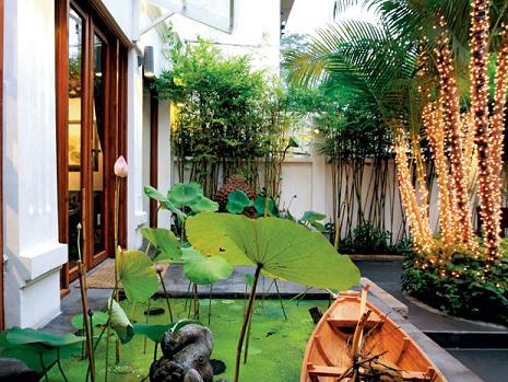Kết hợp các giải pháp chống nóng nhờ sân vườn, bài trí nội thất hợp lý... sẽ giúp giảm cảm giác nóng bức, ngột ngạt ngày hè.