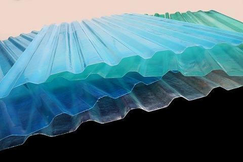 Riêng tôn nhựa sợi thủy tinh khá nhẹ nên thuận tiện cho việc thi công, tùy điều kiện tài chính, người tiêu dùng có thể cân nhắc sử dụng vật liệu này để chống nóng cho nhà.