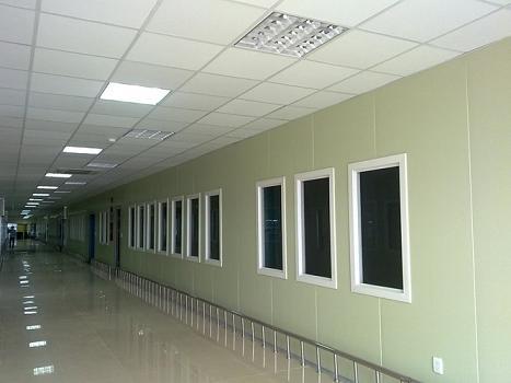 Thạch cao chống nóng, chống ẩm, cách âm và tiêu âm rất tốt, được sử dụng làm tường, làm trần và vách, thi công nhanh gọn, tính thẩm mỹ cao.
