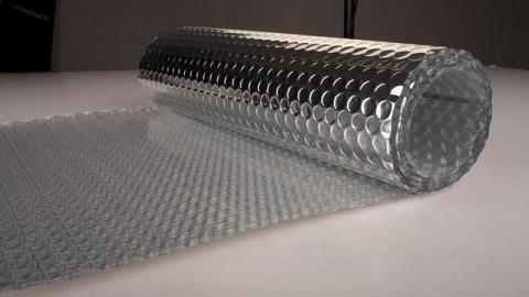 Một trong những sản phẩm chống nóng mùa hè còn có túi khí cách nhiệt, giá khoảng 20.000 – 50.000 đồng/m2. Túi khí cấu tạo bởi lớp nhôm phủ lên tấm nhựa tổng hợp, bên trong chứa các túi khí. Lớp nhôm phía ngoài giúp phản xạ nhiệt. Lớp nhựa chứa túi khí bên trong ngăn dẫn nhiệt và giúp tản nhiệt nhanh. Sản phẩm này có ưu điểm thi công nhanh.