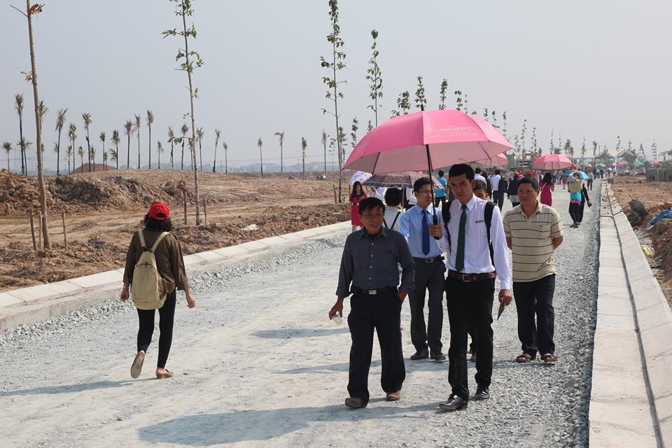 Khách hàng tham quan một dự án đất nền ở huyện Đức Hòa, Long An
