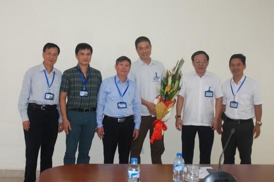 Ban Giám hiệu Nhà trường tặng hoa chúc mừng TS.KTS. Vũ Hồng Cương - Trưởng Khoa Nội thất và Mỹ thuật công nghiệp
