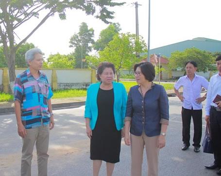 Thứ trưởng Phan Thị Mỹ Linh thị sát thực tế Khu công nghiệp Đại An, thành phố Hải Dương.