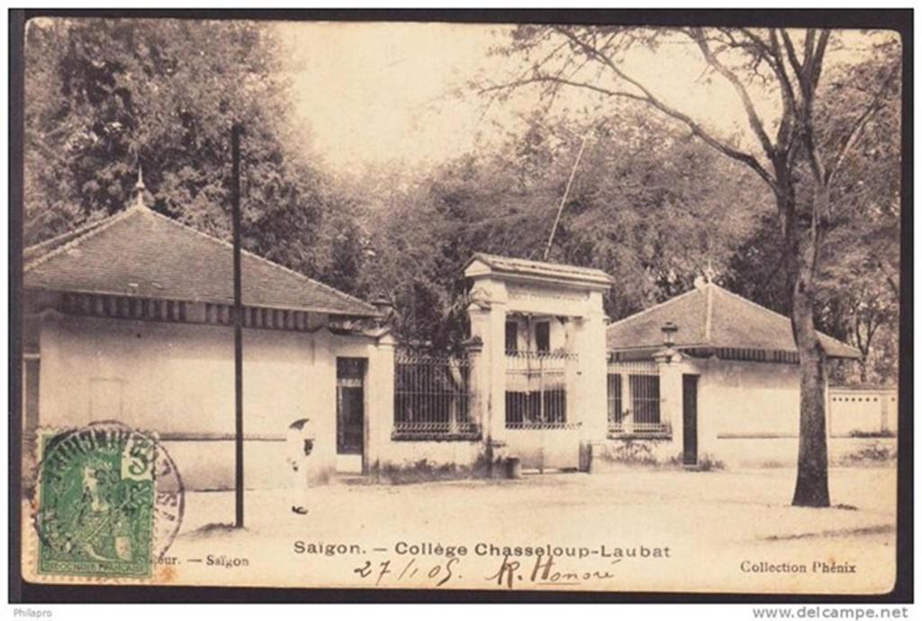 Cổng trường Lê Quý Đôn. (Ảnh: delcampe.net)