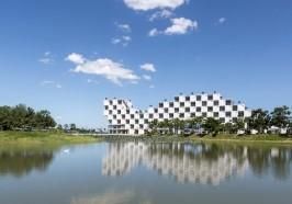 Tòa nhà xanh có thiết kế độc đáo soi bóng xuống hồ