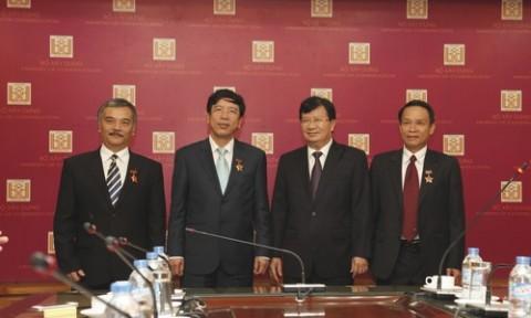 Trao tặng Kỷ niệm chương Vì sự nghiệp Xây dựng cho lãnh đạo Đài Tiếng nói Việt Nam và Thông tấn xã Việt Nam
