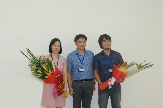PGS.TS.KTS. Lê Quân - Bí thư Đảng ủy, Hiệu trưởng Nhà trường trao quyết định và tặng hoa cho hai cán bộ được bổ nhiệm