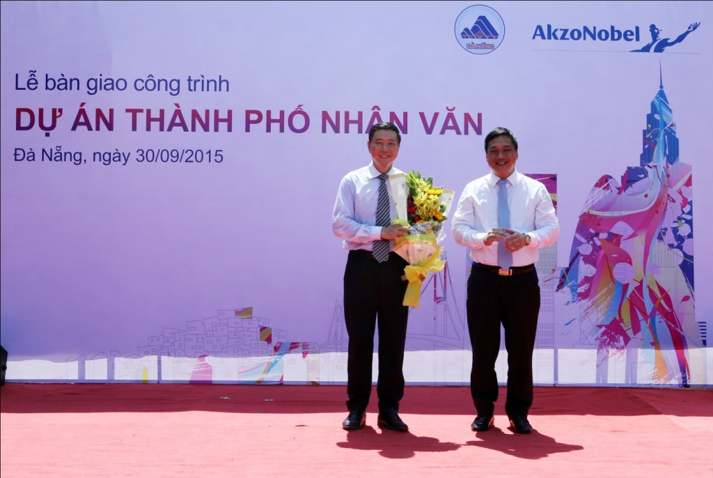 Lãnh đạo quận Ngũ Hành Sơn tặng hoa cảm ơn đại diện công ty AkzoNobel
