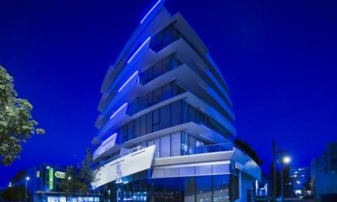 Tòa nhà năng động, kết hợp hài hòa với yếu tố địa hình