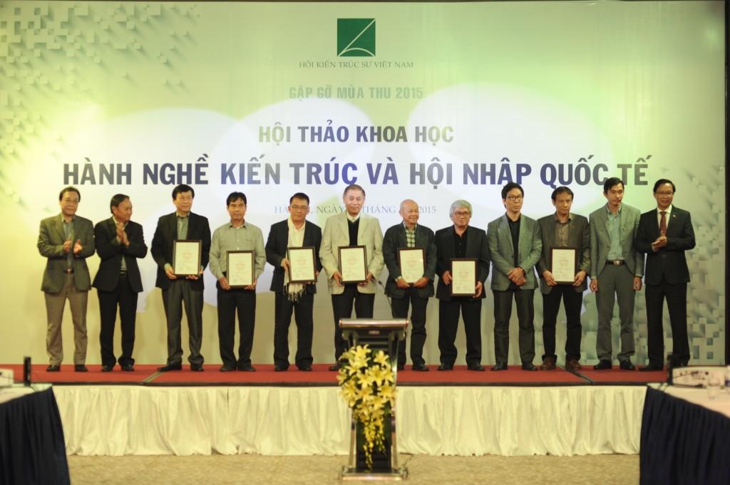 Trao chứng nhận KTS ASEAN cho các KTS Việt Nam.