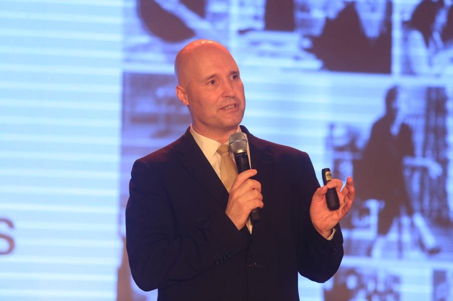"""Ông Jeremy Rowe – Giám đốc điều hành Sơn trang trí AkzoNobel khu vực Đông Nam Á, Nam Á & Trung Đông chia sẻ: """"Vàng hoàng kim là màu sắc rất đẹp, là màu sắc của quá khứ và tương lai, mang tính kết nối cao"""""""