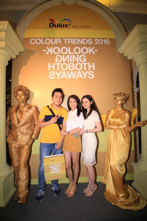 Khách mời diện trang phục tông màu vàng hoàng kim chụp hình với nhân tượng