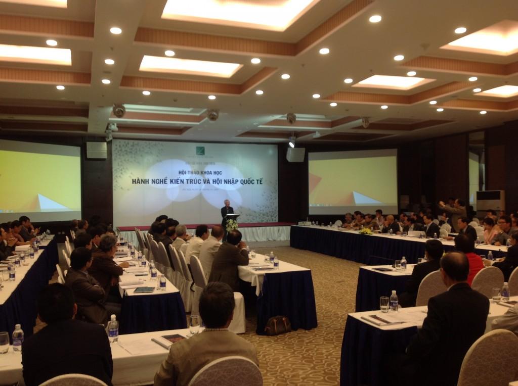 Nguyên Phó thủ tướng Chính phủ Vũ Khoan phát biểu tham luận tại hội thảo