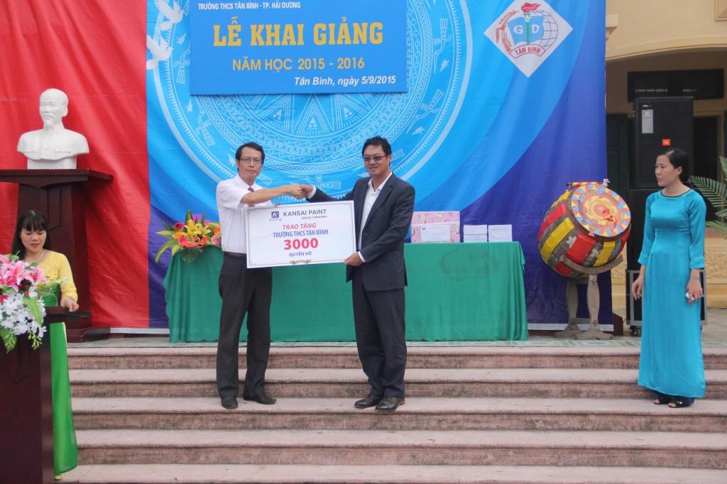 Ông Tan Tiew How - Tổng giám đốc công ty TNHH Sơn Kansai Alphanam trao tặng 3000 cuốn vở cho trường THCS Tân Bình (Hải Dương)
