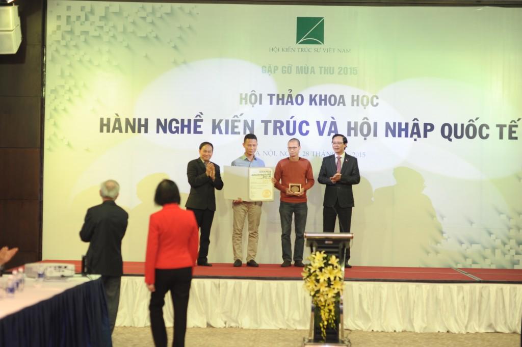 Thứ trưởng Bộ Xây dựng Nguyễn Đình Toàn trao chứng chỉ cho các KTS
