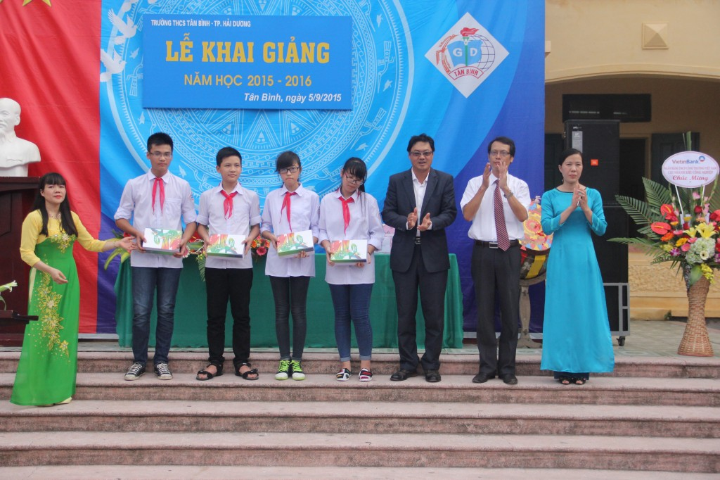 Ông Tan Tiew How - Tổng giám đốc công ty TNHH Sơn Kansai Alphanam trực tiếp trao quà cho các học sinh trường THCS Tân Bình (Hải Dương)