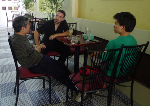"""Tristan Morel – là một nhà Quy hoạch , làm việc tại IMV Hà Nội , cũng là KTS tham gia các hoạt động tình nguyện với KTS Hà Nội đang trao đổi với đồng nghiệp VN về chuyên đề """" Thành phố lớn/Thành phố nhỏ tại VN"""""""
