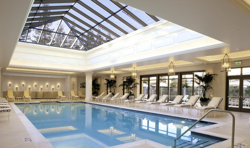 Không gian bể bơi trong nhà