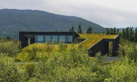 Ngôi nhà xanh hòa vào địa hình tại Iceland