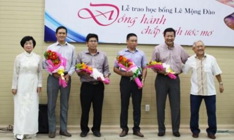 30 sinh viên ĐH Kiến trúc TP.HCM nhận học bổng Lê Mộng Đào năm 2016