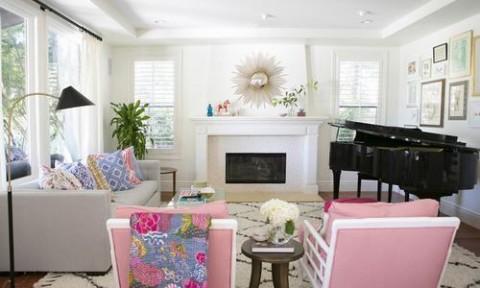 Những chiếc ghế hồng xinh xắn trong phòng khách