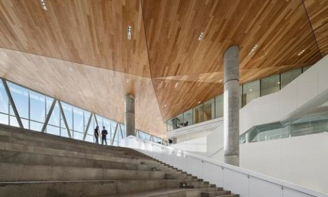 Tòa nhà giống khối điêu khắc trên một tảng băng trôi khổng lồ