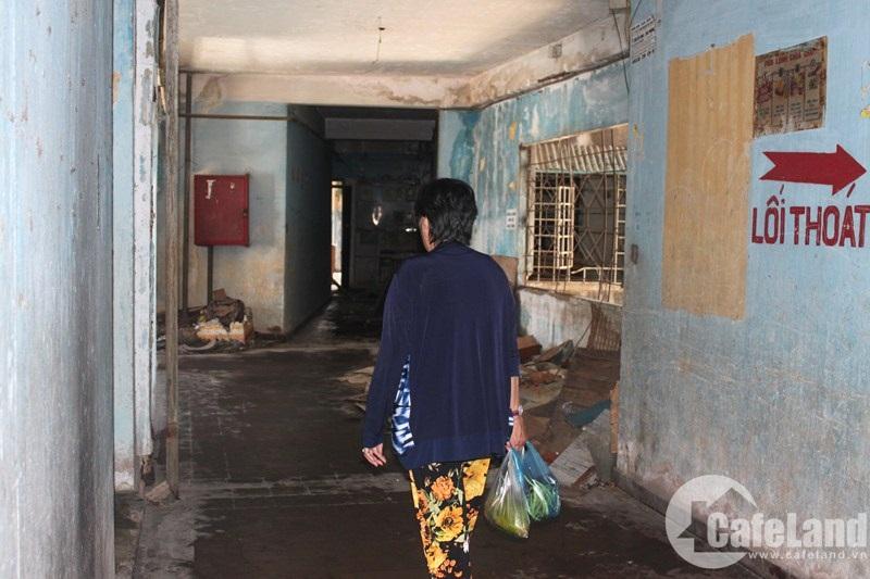 Chung cư 727 Trần Hưng Đạo, quận 5 vẫn còn 10 hộ dân bám trụ dù đã xuống cấp nghiêm trọng.
