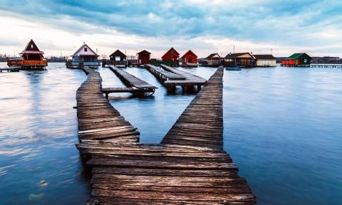 Vẻ đẹp trầm mặc của ngôi làng nổi ở Hungary