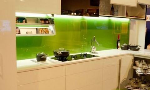 Kính cường lực màu mang lại vẻ đẹp hiện đại cho căn bếp
