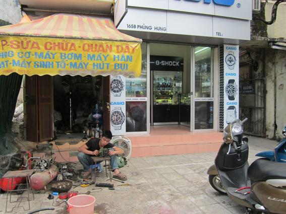 Mọi hoạt động thương mại – dịch vụ đều có thể diễn ra trên hè phố Việt Nam