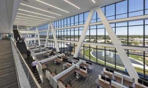 Công trình xanh có cấu trúc mái hấp thụ năng lượng mặt trời tối ưu