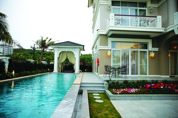 Bể bơi được thiết kế sang trọng, cao cấp