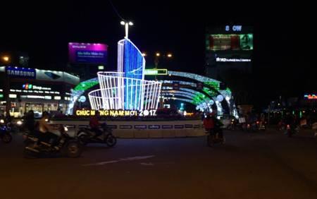 Vòng xoay đường Nguyễn Văn Linh và Hoàng Diệu được thiết kế độc đáo bởi hình tháp xoắn ốc có hình vòm cung uốn lượn tượng trưng cho những ước muốn về một thành phố bay cao, bay xa hơn nữa trong tương lai. Ảnh Tùng Anh