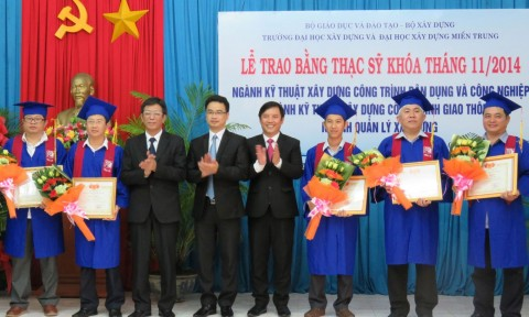 Trao bằng tốt nghiệp thạc sĩ cho 77 học viên các chuyên ngành xây dựng
