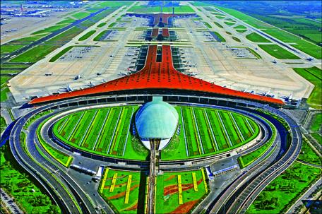 Khối sảnh đón có cấu trúc mái vòm cong, kết nối chặt chẽ với hệ thống đường giao thông đường bộ,  phía trước là mái vòm nhỏ mầu xanh của ga đường sắt đô thị, Ga hàng không quốc tế Teminal 3 - Sân bay Thủ đô Bắc Kinh