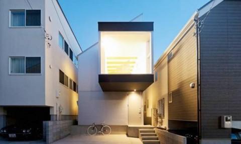 Nhà 2 tầng đẹp và thoáng bất ngờ nhờ ban công mới lạ