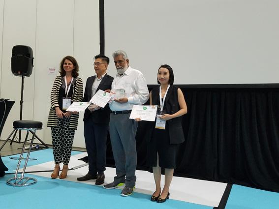 Bà Nóemi Petit thay mặt BTC trao giải thưởng Pool Vision Contest cho các thí sinh đoạt giải