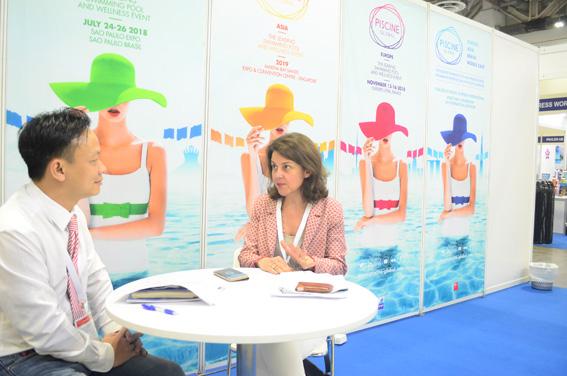 Bà Nóemi Petit - Trưởng Ban tổ chức triển lãm trả lời phỏng vấn Tạp chí KTVN