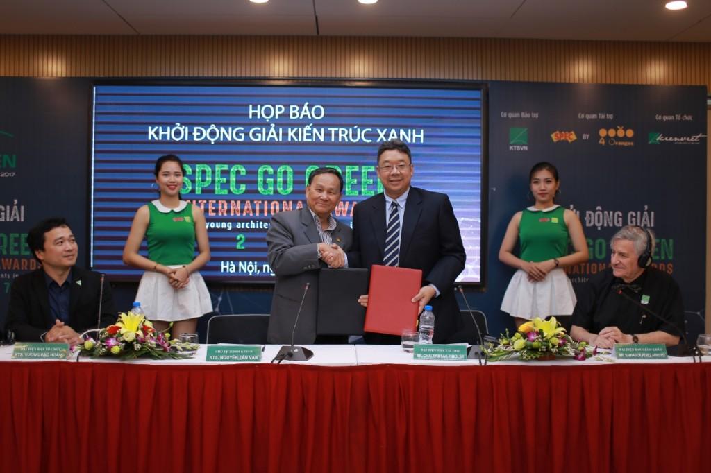 Ông Nguyễn Tấn Vạn - Chủ tịch Hội Kiến trúc sư VN và Ông Chalermsak Pimolsri, đại diện sơn Spec ký biên bản hợp tác tài trợ giải thưởng