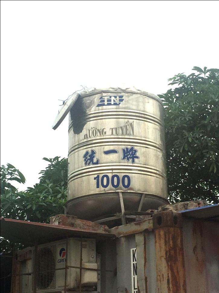 Bồn inox Trường Tuyền đời đầu tiên trên nóc một chiếc container đã 25 năm vẫn bền bỉ, sáng bóng