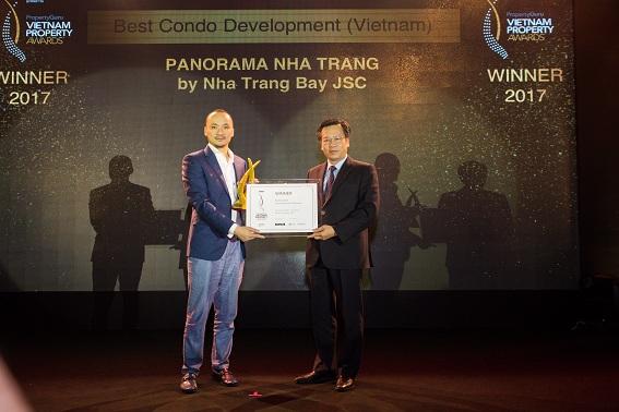 Đại diện Công ty cổ phần Đầu tư Xây dựng Vịnh Nha Trang nhận giải thưởng tại Vietnam Property Award diễn ra vào 2/6