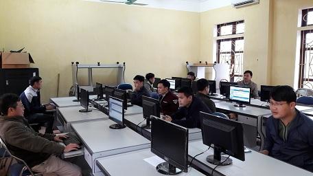 Các kiến trúc sư tham dự thi sát hạch cấp chứng chỉ hành nghề  trên phần mềm máy tính
